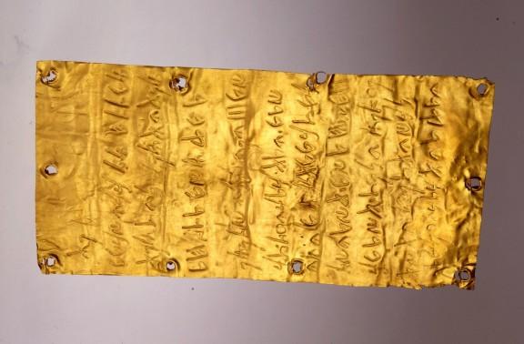 Lámina de oro con inscripciones