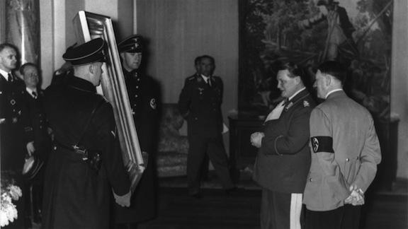 Hitler y Goering observan varios de los cuadros expoliados